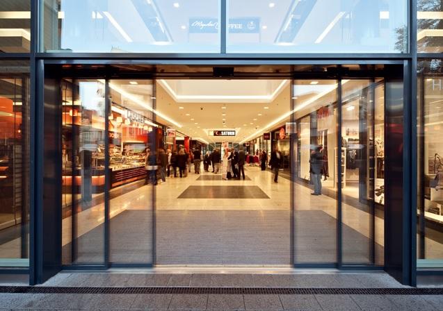 Cửa lùa kính cường lực ray treo hiện đại cho showroom